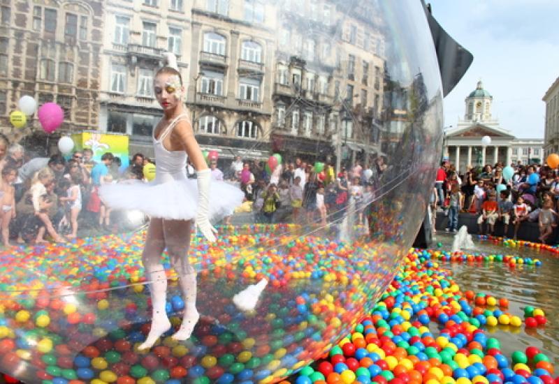 Fête – danseuse ballerine dans un ballon sur l'eau